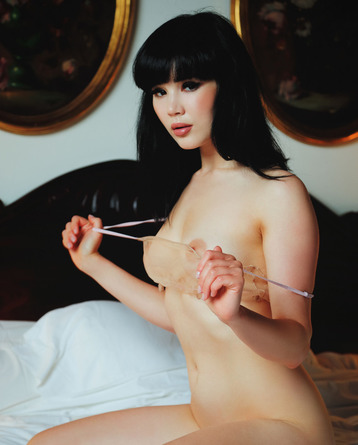 Gorgeous black haired babe Malena looks irresistible
